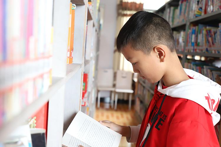 正在看书的学生们 2.JPG