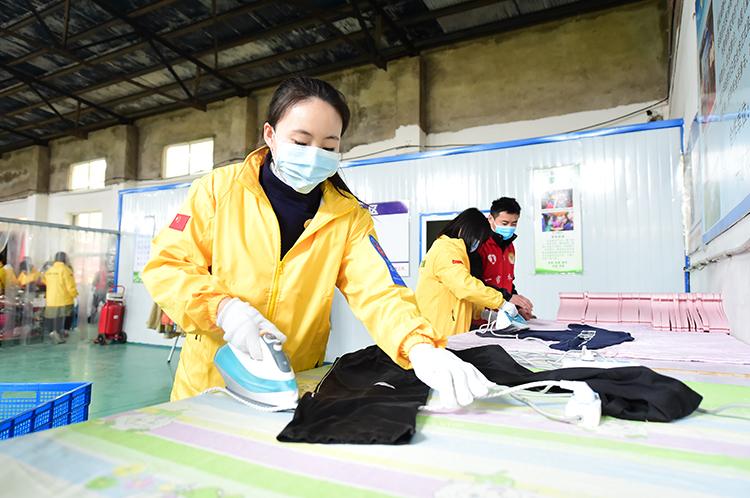 志愿者在熨烫衣物.JPG