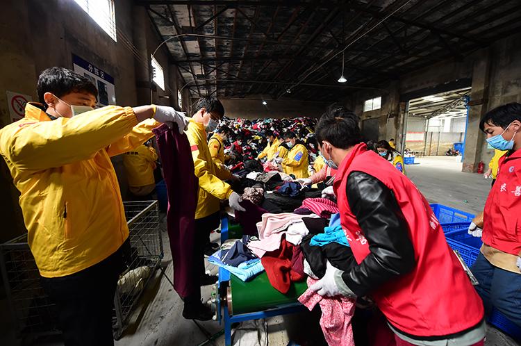 志愿者在粗拣区工作.JPG