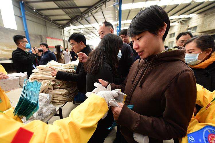 志愿者领取口罩手套.JPG