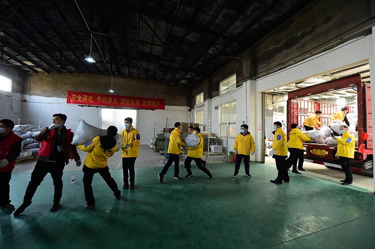 志愿者在传送爱心衣袋.JPG