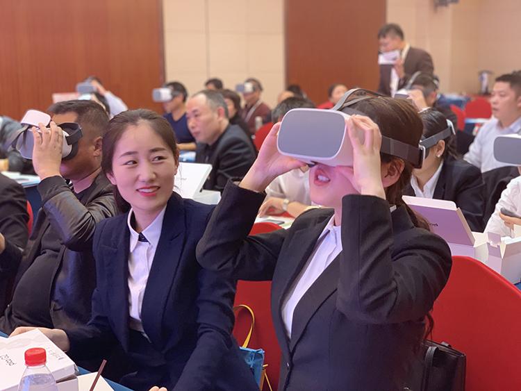 3.学员们体验VR教学.jpg