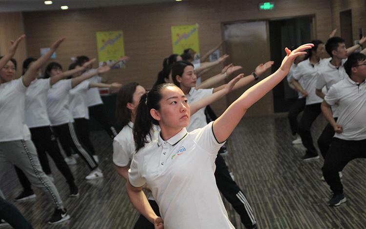 3、幼儿园教师们在学习武术动作.jpg