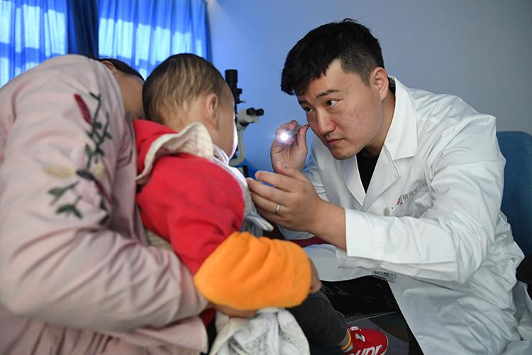 中国人民解放军总医院的医生在对甘肃漳县儿童进行检查2.jpg