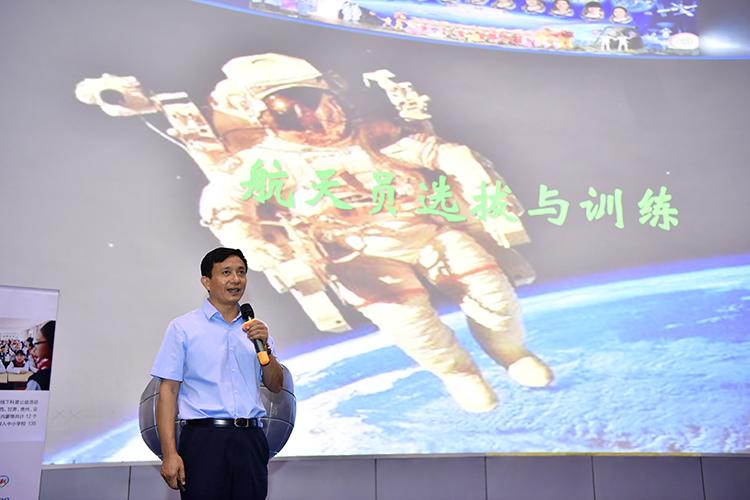 2.中国首批航天员之一陈全给孩子们带来航天科普讲座.jpg