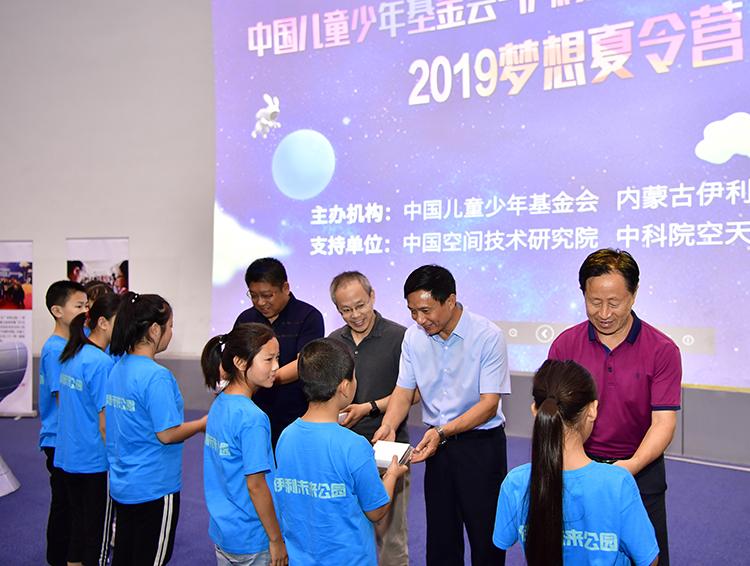 3.嘉宾为孩子们颁发航天勋章.jpg