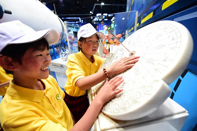 春蕾女童在中国科学技术馆感受科技的魅力.JPG