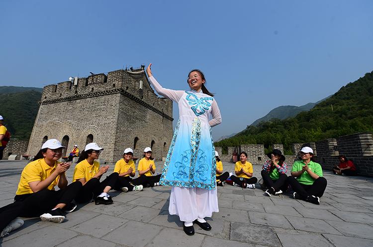 春蕾女童在长城上欢歌舞蹈.JPG