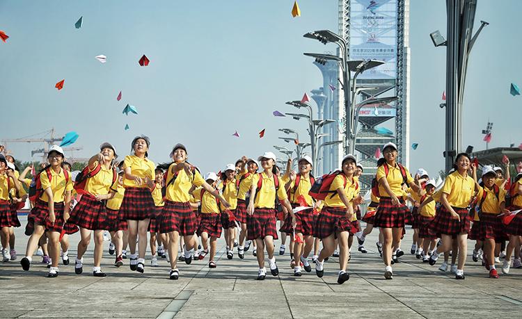 春蕾女童在北京奥林匹克公园放飞纸飞机.jpg