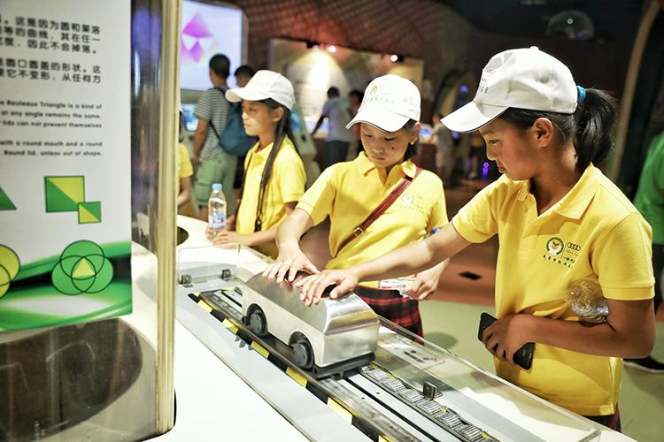 春蕾女童在中国科学技术馆体验科技魅力.jpg