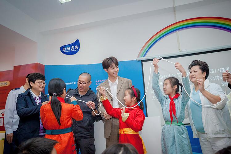 与会嘉宾与孩子们一同学习系打逃生绳结.JPG