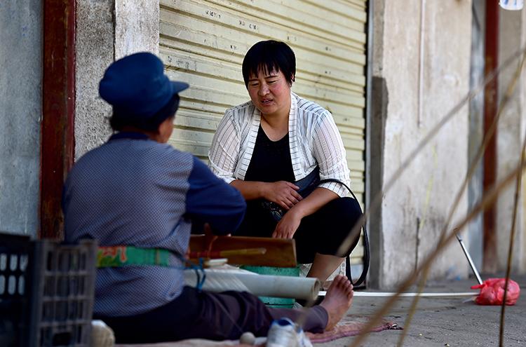 林玉兰在老乡家开展社区工作,帮助解决他们生活中的问题(摄影 陈艺).JPG