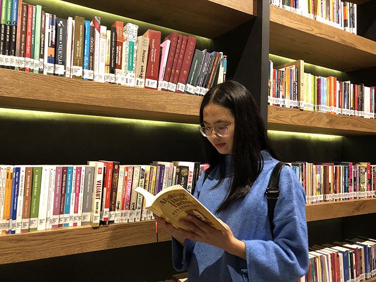 李永花在图书馆.jpg