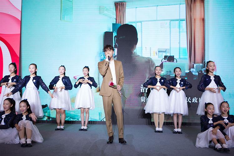 """9. """"春蕾计划""""爱心传播大使李易峰和春蕾合唱团成员共唱""""春蕾计划""""主题曲《爱在春蕾》.jpg"""