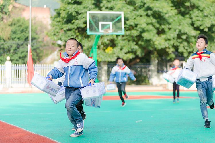 收到爱心礼包的孩子们欢快地奔跑.jpg