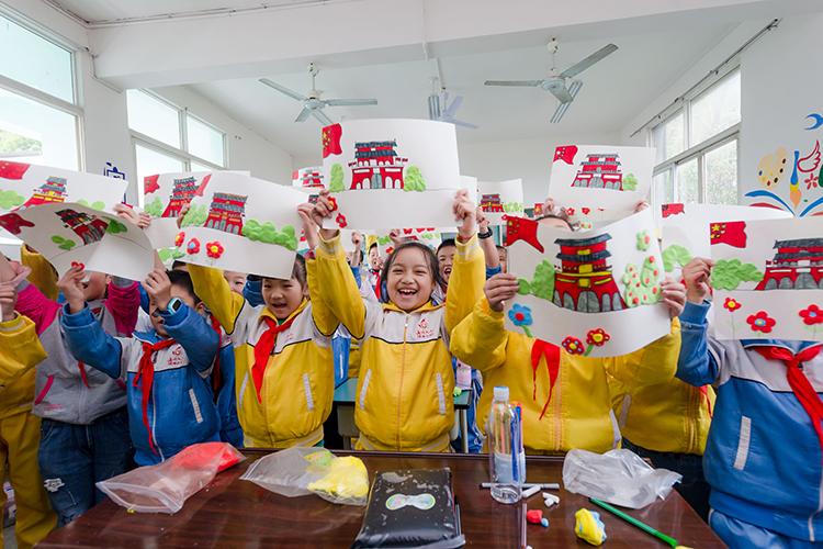 孩子们用爱心礼包的画笔画画.jpg