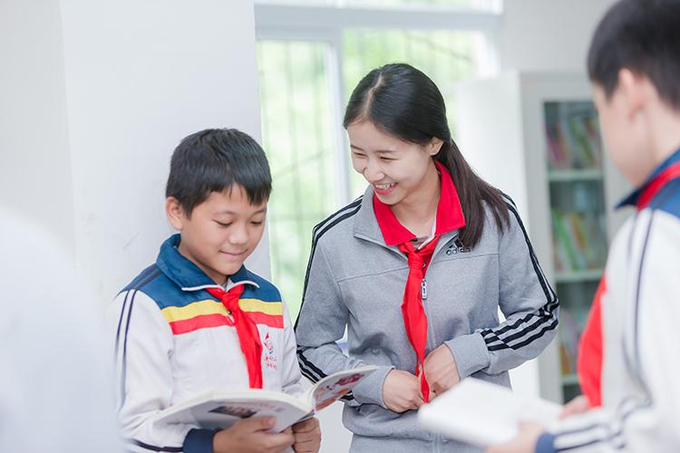 邦泰志愿者与学生互动.jpg
