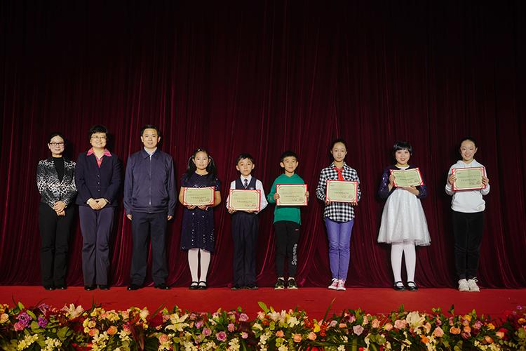 三位领导为评委会特别关注作品的6位获奖同学颁奖.jpg