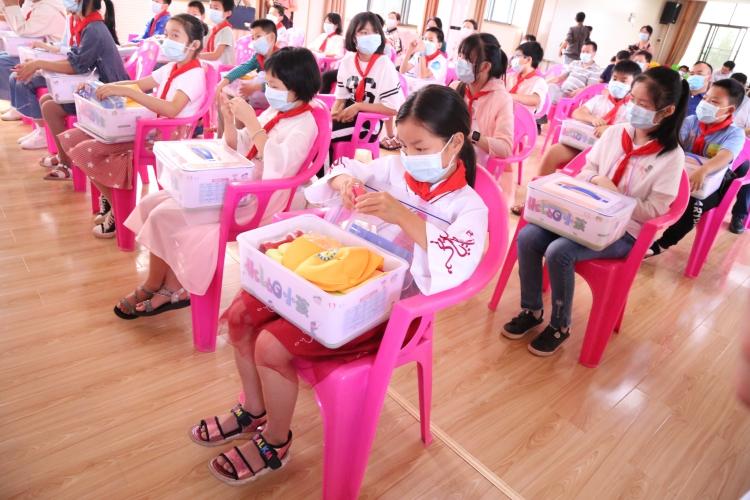 孩子们收到了HELLO小孩爱心套餐 熊飞摄(1).jpg