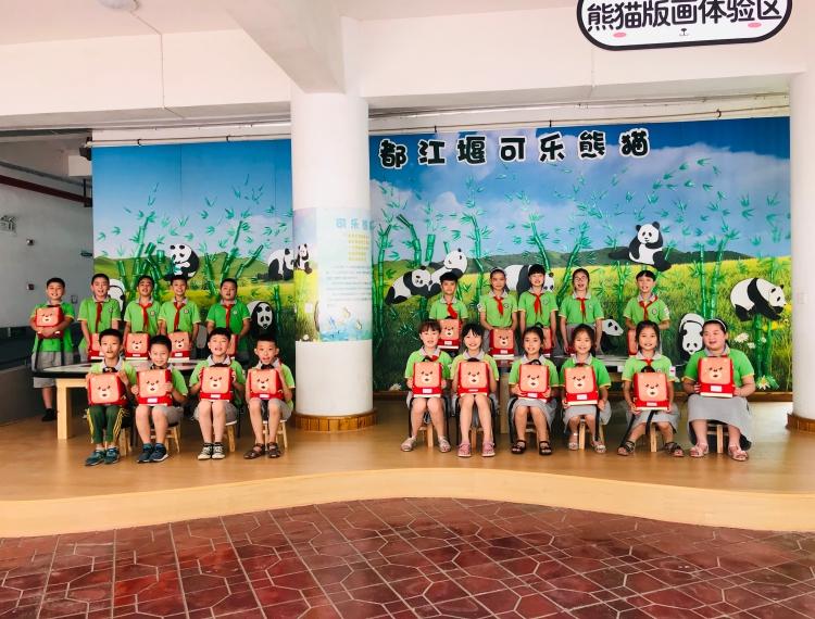都江堰市友爱学校的同学们收到应急包(1).jpg