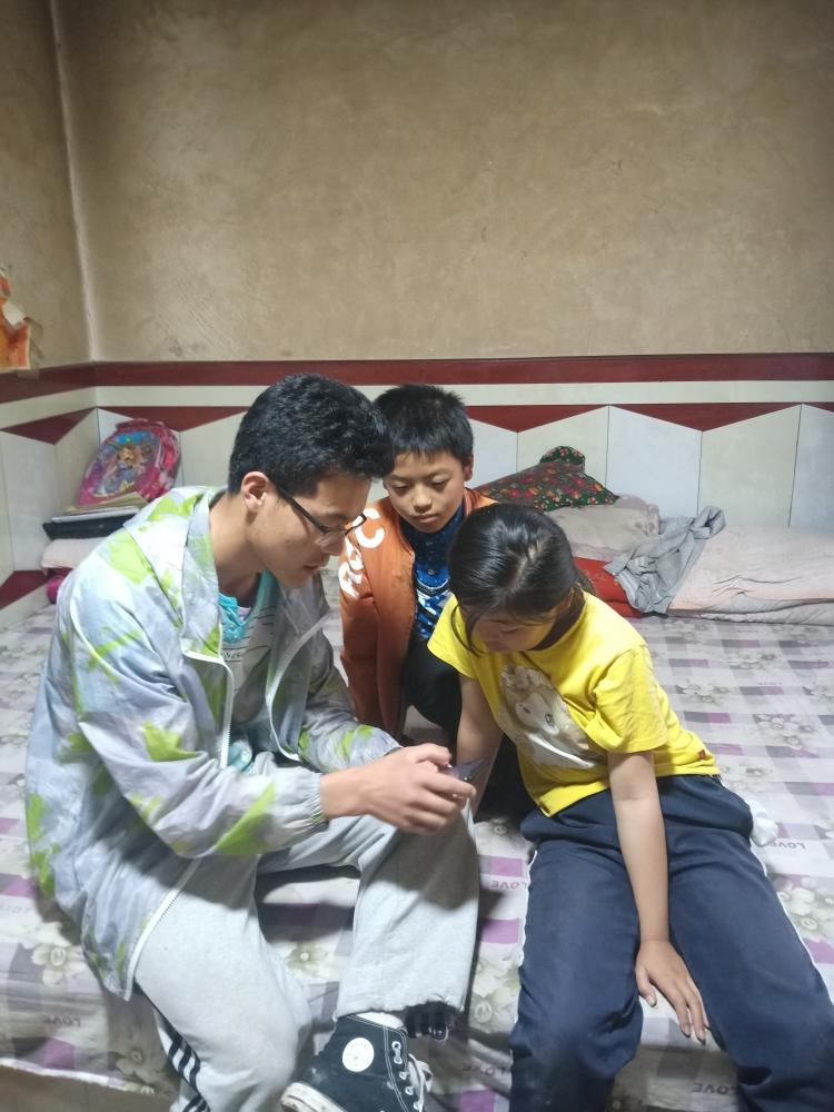 朱国东1教小学生使用腾讯会议软件上课.jpg