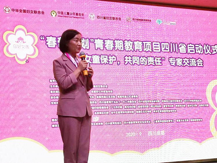 中国社会科学院研究员、青春期健康与情感专家陈一筠教授同现场教育工作者分享青春期教育工作经验.jpg
